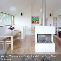 Dieser freistehende Kamin sorgt nicht nur für Wärme und gemütliches Feuer – er fungiert hier auch als Raumtrenner zwischen Küche und Essbereich.  Dieses…