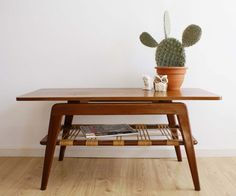 Houten vintage salontafel. Jaren 50/60 tafel/coffee table met retro design.
