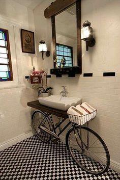 Sua bike antiga pode dar um ar vintage e muito charmoso ao seu lavabo. #ficaadica