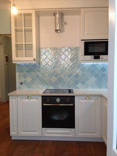 Белая кухня фото, монтаж вытяжки на кухне