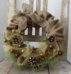 zlatavé+Vánoce+věnec+v+kabátku+z+juty,+laděno+do+vánočních+barev+-+ručně+barvené+borovicové+šišky,+baňky,+zlaté+rolničky..+průměr+26cm