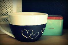 the perfect line: DIY: Simple Mug Art Tutorials And Ideas Cheap Gifts, Cool Gifts, Diy Gifts, Diy Chalkboard, Christmas Chalkboard, Mug Art, Diy Mugs, Sharpie Art, Crafty Craft