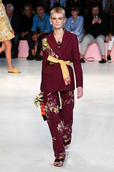 See all the Collection photos from Etro Spring/Summer 2019 Ready-To-Wear now on British Vogue Spring Fashion Trends, Latest Fashion Trends, Spring Summer Fashion, Runway Fashion, Womens Fashion, Love Fashion, Fashion Looks, Fashion Outfits, Fashion Tips