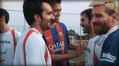 Duell der besonderen Art: Leo Messi und seine Barca-Kollegen ziehen sich blickdichte Augenklappen über und zocken gegen die spanische Blindenfußball-Nationalelf.  (via BILD Video)