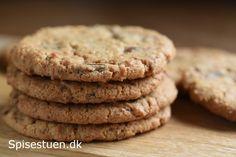 Hvis du er vild med Bounty chokoladebarerne, vil du elske disse cookies! Store cookies, der er sprøde udenpå og seje indeni, og med den skønneste smag af kokos og mælkechokolade :-) Sådan en lun co…