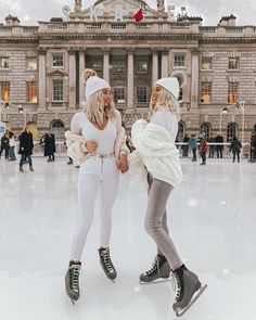 Ice skating today with 💁🏼♀️💁🏼♀️ Ice Skating London, Eislauf Outfits, Ice Skating Pictures, Ice Skating Dresses, Ice Skating Outfits, Winter Fits, London Photographer, Best Friend Pictures, Cute Friends