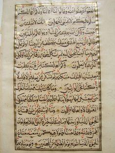 Manuscripten; Een blad van de islamitische manuscript samen met een Quaran blad - 1713/1788  Een heleboel 2 manuscript bladeren.Het linker blad is een handgeschreven gouden verlichte Quaran blad ca 1788.Dit is 1 blad met 2 pagina's en verzen van Sura Al - vertelling (vertelling) vertegenwoordigt. De tekst is ingekaderd binnen een echte gouden frame. De puntjes tussen verzen zijn zuiver goud zo goed. Het is geschreven met mooie Arabische kalligrafie. Het blad is in goede conditie en Toon…