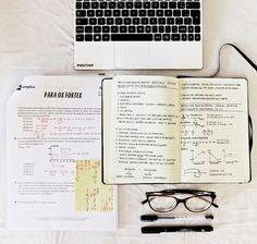 Apuntes organizados e inspiradores. Libreta con apuntes limpios y ordenados de matemáticas