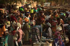 """""""É um mundo grande - muito maior do que a gente pensa e muito mais profundo. Essa é a coisa mais importante que aprendi na minha longa jornada"""", escreve Takezawa em seu projeto. """"Espero que as fotos de 'Terra' permitam que os visitantes sintam a vastidão do mundo e a profundidade do coração das pessoas."""" A foto acima foi tirada em um mercado em um pequeno vilarejo em Dogon Country, no Mali, onde as pessoas se reúnem com comunidades vizinhas para vender e trocar mercadorias"""