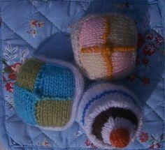 Pâtisseries: petits fours et cupcake en laine coloré, idéal fête des Méres : Accessoires de maison par marie-boutdefil