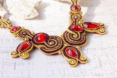 Kette Soutache, prunkvolles Collier in rot + gold von Gewandfantasien auf DaWanda.com