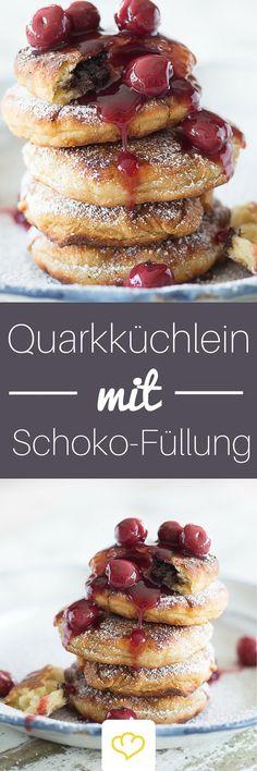Quarkpfannküchlein mit Schokoladenherz - und ja es ist wahr: Schokolade verändert alles. Sie macht diese kleinen Pfannküchlein zu Superstars! Von dem fluffigen Quarkteig wollen wir gar nicht erst anfangen!