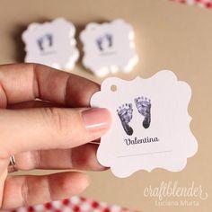 Mais um modelo de tag pequena, para bem-nascido, em papel branco. Tamanho aproximado de 5 x 5 cm, com furinho para amarrar e linha para anotar a data de nascimento. Essas foram as tags da Valentina…