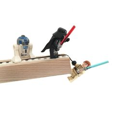 Regalleiste aus Holz  mit Einbuchtung für Legosteine auch als Postkartenhalter Maße: Länge 51cm, Tiefe 5cm, Höhe 2cm Material: Holz Lieferumfang: ohne Lego-Figuren und -Steine