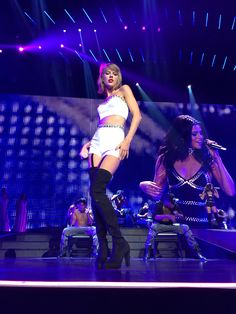 Taylor and special guest Selena Gomez performed Good For You for the first time live during the 1989 World Tour in Los Angeles night five! Taylor Swift Hot, Selena And Taylor, Taylor Swift Gallery, Taylor Swift Concert, Swift 3, Taylor Swift Pictures, The 1989 World Tour, 1989 Tour, Ethel Kennedy