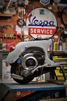 Vespa Bike, Vespa Lambretta, Vespa Scooters, Vintage Vespa, Vintage Italy, Scooter Garage, Custom Vespa, Motorcycle Shop, Carina Nebula
