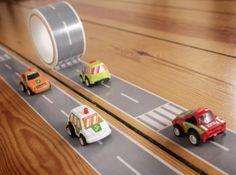 tape autoweg + auto € 12,50 Rol tape met afbeelding van een snelweg en oversteekplaatsen en een houten autootje. Plak de mooiste circuits door het hele huis, haal alle kleine autootjes en poppetjes van zolder, en spelen maar!