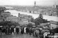 L'Arno in piena visto da piazzale Michelangelo. - (Archivio storico Foto Locchi Firenze)