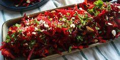 Super skøn råkost med en dejlig blanding af rødbede, gulerødder og æble samt knasende mandler. Simpelt med masser af smag.