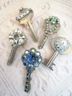 Bling up your old keys and use them as a charm, or and a bobby pin for a unique hair clip. (I prefer old keys for collecting, but nice idea :) Key Jewelry, Jewelry Art, Jewelery, Jewelry Making, Jewelry Necklaces, Old Jewelry Crafts, Jewelry Ideas, Gold Jewelry, Funky Jewelry