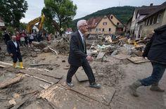 Ortstermin im Schlamm: Ministerpräsident Kretschmann (vorne) und Innenminister Thomas Strobl haben sich die Unwetterschäden in Braunsbach angeschaut. Foto: dpa
