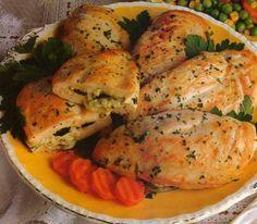 Cómo hacer Pechugas de pollo rellenas. Primero limpiamos bien las pechugas de pollo retirando la grasa. Con un cuchillo afilado las cortamos por la mitad a lo largo, sin llegar