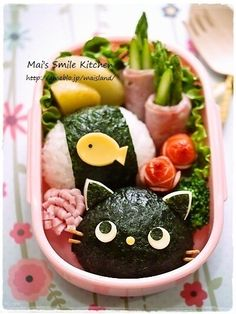 日本人のごはん/お弁当 Japanese meals/Bento 黒猫と魚弁当 Les kyaraben sont des trésors d'imagination et de créativité ! Et ils ont l'air kawaii et délicieux ! Cute Lunch Boxes, Bento Box Lunch, Bento Kawaii, Cute Food, Good Food, Comida Diy, Japanese Food Art, Japanese Meals, Japanese Lunch Box