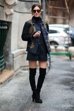 veste en jean, lunettes de soleil, pantalon noir et cuissardes assorties