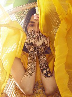 Eye Catching Mehndi Designs For Brides Sisters - Mehndi Designs 2020 Mehendi Photography, Indian Wedding Couple Photography, Girl Photography Poses, Indian Bridal Photos, Indian Bridal Outfits, Bridal Poses, Bridal Photoshoot, Mehendi Outfits, Mehndi Designs