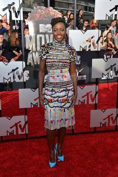 Lupita Nyong'o trug das Chanel-Dress bereits im April 2014 zu den MTV Movie Awards in Los Angeles. Hingucker: die knallblauen Pumps
