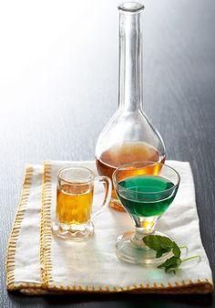 6 απίθανα σπιτικά λικέρ - www.olivemagazine.gr Wine Decanter, Paper Dolls, Barware, Buffet, Alcoholic Drinks, Cooking, Glass, Recipes, Food