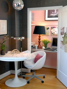 I like this. Office in a closet.