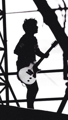 Billie Joe; ik its him cause of the hair and no one else stands like that only the one and only billie joe does