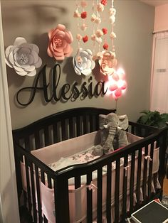 Flowers with baby name above crib 💖 baby детская комната, ко Baby Bedroom, Baby Room Decor, Nursery Room, Girl Nursery, Room Baby, Girl Decor, Baby Rooms, Nursery Ideas, Baby Girl Room Themes