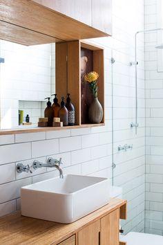 Puun ja kaakelin yhdistelyä kylpyhuoneessa. #etuovisisustus #kylpyhuone