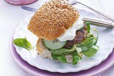 Kijk wat een lekker recept ik heb gevonden op Allerhande! Griekse burger met kruiden & tzatziki