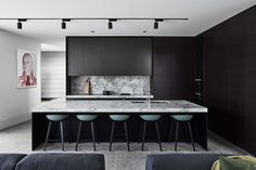 Stylish black kitchen interior design ideas for kitchen 08 - Black appliances give a kitchen an extremely sleek, upscale appearance. As previously mentioned, an all-white kitchen may look clean and classy. A chi. Kitchen Display, Kitchen Styling, Modern Kitchen Design, Interior Design Kitchen, Black Kitchens, Cool Kitchens, Kitchen Black, Küchen Design, House Design