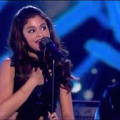 Selena Gomez Gif, Selena Gomez Music Videos, Selena Gomez With Fans, Selena Gomez Photoshoot, Selena And Taylor, Selena Gomez Pictures, Selena Gomez Style, Dua Lipa Concert, Beach Photography Poses