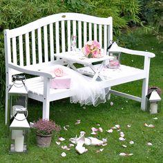 Eine Hochzeitsbank ist ein tolles Hochzeitsgeschenk, wenn das Brautpaar einen Garten oder Balkon hat und gerne Zeit im Freien verbringt.