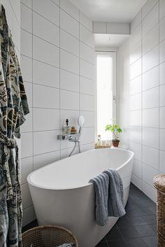 Asunto satavuotiaassa talossa (All you need is White) Relaxing Bathroom, Bath And Beyond, Bathroom Inspiration, Bathroom Ideas, Dream Bathrooms, Clawfoot Bathtub, Decoration, Interior Design, House