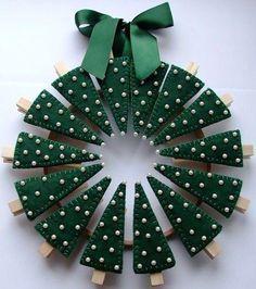 Prendedores e feltro Diy Christmas Cards, Noel Christmas, Christmas Card Holders, Christmas Wreaths, Christmas Ornaments, Ornaments Ideas, Paper Ornaments, Snowman Ornaments, Handmade Ornaments