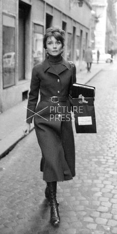 Audrey Hepburn Dotti photographed by Elio Sorci in Rome (Italy), during her shopping for Christmas, on December Audrey Hepburn Pictures, Audrey Hepburn Style, Cute Fashion, Urban Fashion, Fashion Outfits, Fashion Styles, Breakfast At Tiffany's Costume, Stylish Outfits, Cool Outfits