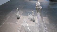 Una familia de cisnes hechos de tejido de malla, con técnica de Origami.