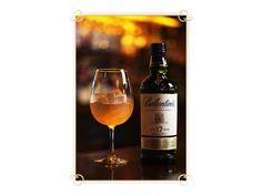 バランタイン17年甘く華やかな香りが特長のスコッチウイスキー「バランタイン17年」。 果実や花を思わせる香りを楽しむなら、ワイングラスがおすすめ。かち割り氷を入れて、「バランタイン17年」を注ぎ、軽くステアしてみましょう。すると、グラスの中に華やかな香りが充満して、いつもより贅沢な気分になれますよ。ストレートやハイボールでもお試しください!