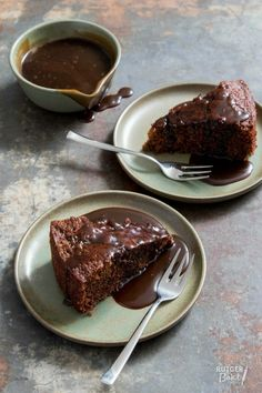 Sticky toffee cake met toffee saus – recept / Sticky toffee cake with caramel sauce Sticky Date Cake, Sticky Toffee Cake, Toffee Sauce Recipe, Gourmet Recipes, Sweet Recipes, Cookie Recipes, Cake Recept, Sticky Toffee Pudding, Banoffee Pie