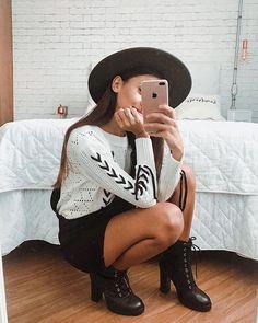 Look do dia com chapéu, coturno e jardineira. Foto no espelho de casa, rola? Instagram: @Viihrocha