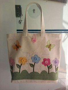 Flower bag- Bolsa flor Flower bag - Fabric flowers are great, … - My CMS Patchwork Bags, Quilted Bag, Bag Quilt, Flower Bag, Flower Fabric, Diy Tote Bag, Embroidery Bags, Jute Bags, Craft Bags