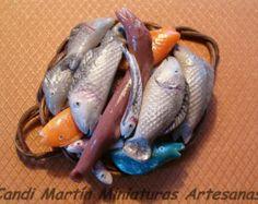 Escala 1/12 - Pescado Fresco en bandeja de mimbre con asas - Comida miniatura para casa de muñecas por CANDI MARTÍN