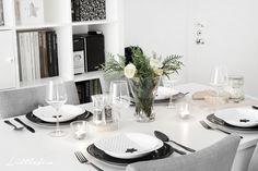 Littlefew Blog // Black Star Table-Setting.  My home, Home decor, Ideas para la mesa, Decoración, Blanco y negro, Mesa puesta, cubertería negra, black cutlery, salón, living-room, dinner table, vajilla, cristalería, complementos hogar, nordic style, nordic inspiration, IKEA, Sostrene Grene, Carrefour Home, Flowers, Flores.