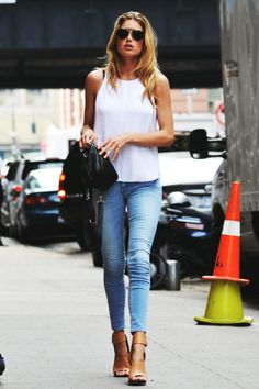 Doutzen Kroes in skinny jeans, ray bans and nude heels.